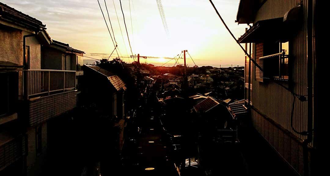 夕陽とマンホール|リキマルラボ