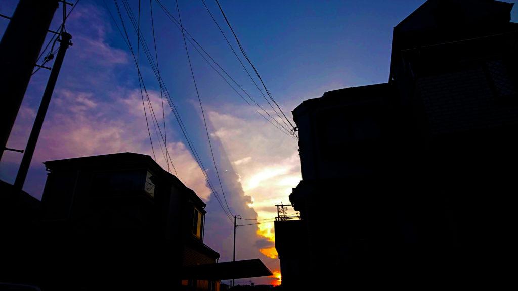 黄昏の空に伸びる道|リキマルラボ
